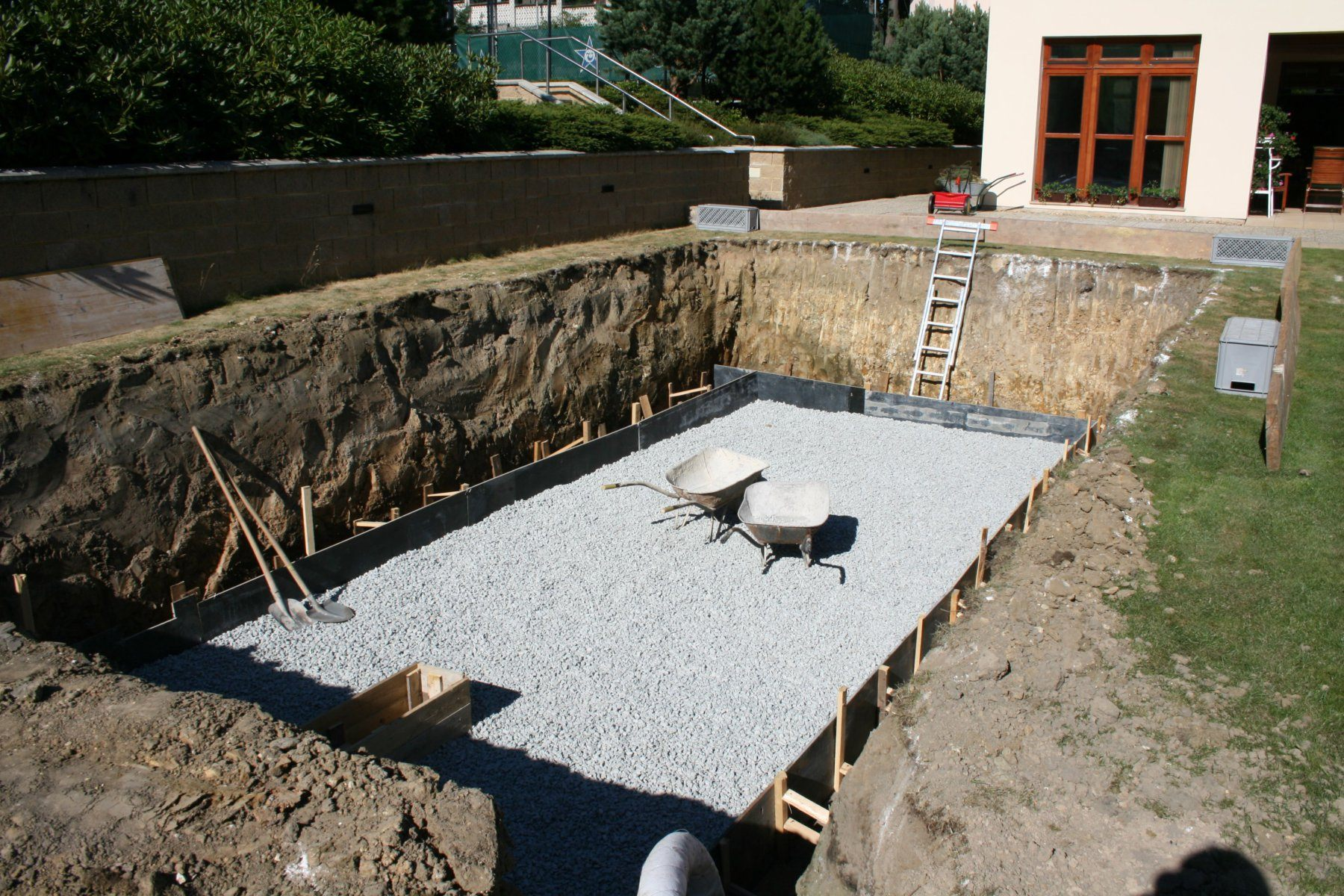 Ceramic pool installation – gravel bed