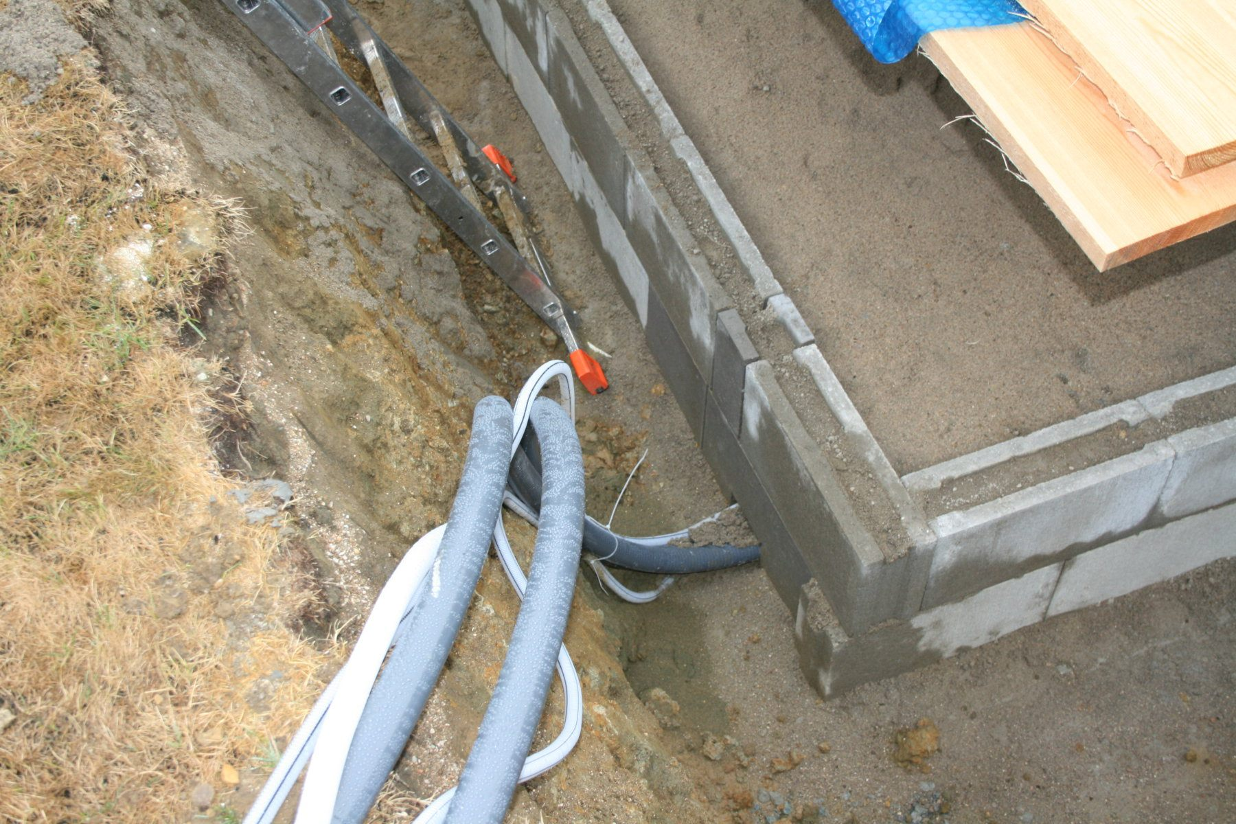 Ceramic pool installation and backfilling by dry concrete mixture